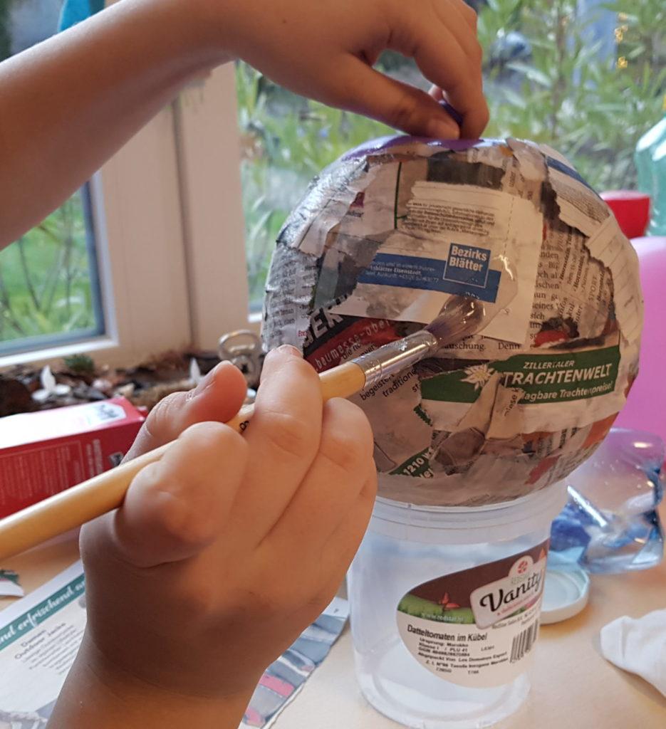 Luftballon mit Kleister und Papierstreifen