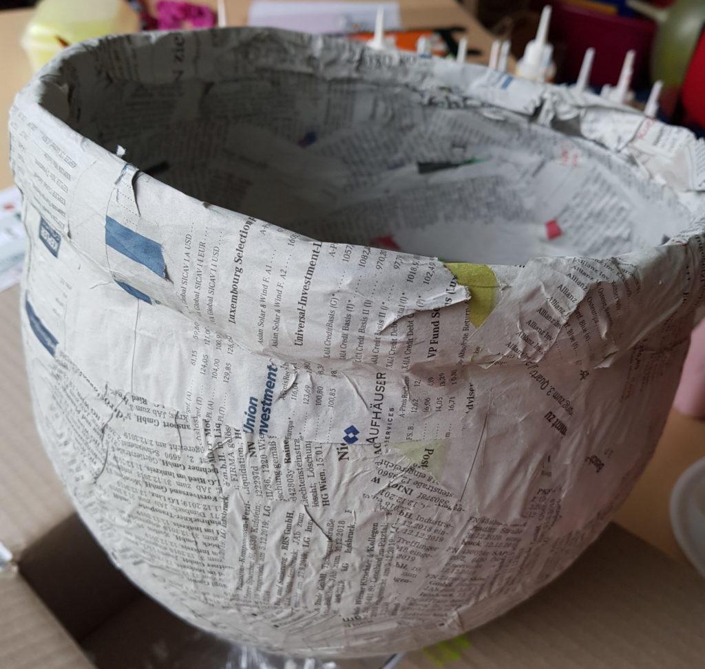Hexenkessel aus Pappmaché gestaltet